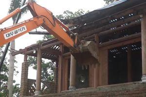 Cận cảnh máy xúc đánh sập cung điện thờ thiên xây trái phép ở Hà Nội