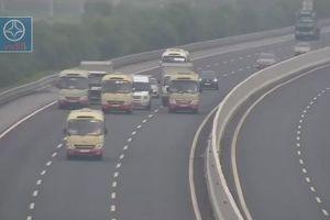 3 xe khách dàn hàng ngang cản trở hàng loạt phương tiện trên cao tốc