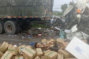 Xe tải đâm đuôi xe đầu kéo, CSGT phải cắt cabin cứu người