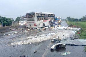 Lật xe giường nằm trên quốc lộ, 9 người thương vong
