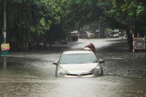 Đường phố Hà Nội thành 'sông' sau trận mưa lớn kéo dài