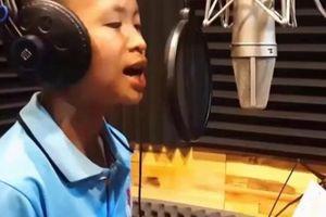 Cậu bé gây 'sốt mạng' với bản thu 'Mưa chiều miền Trung' hay như Quang Lê