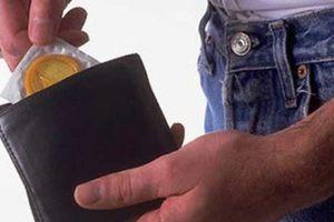 Bất ngờ trước bí mật về chiếc bao cao su đã xé vỏ trong ví của chồng