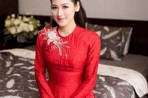Hà Nội mưa, Á hậu Tú Anh mặc áo dài đỏ rực rỡ về nhà chồng