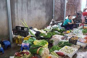 Hà Nội: Ngập lụt đến từng ngõ ngách, tiểu thương buồn thiu vì ế hàng
