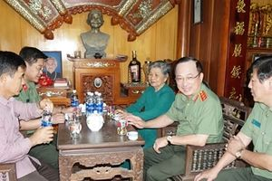 Thứ trưởng Nguyễn Văn Thành thăm, tặng quà gia đình Mẹ Việt Nam Anh hùng