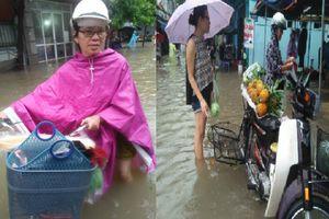 Hà Nội ngập nhiều tuyến phố, bà nội trợ bì bõm lội nước đi chợ ngày cuối tuần