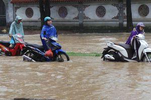 Mưa lớn kéo dài, nhiều tuyến phố Hà Nội ngập cục bộ