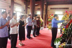Đồng chí Phan Đình Trạc dâng hoa, dâng hương tại các khu di tích Kim Liên và Truông Bồn