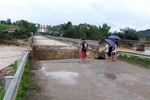 Lũ lớn, cầu Văn Luông bắc qua sông Bứa bất ngờ sập
