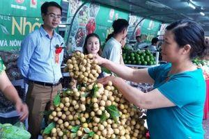 Người dân Hà Nội 'đội mưa' mua nhãn sạch Sơn La