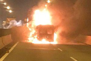 Ô tô cháy trên cao tốc Long Thành, 2 người tử vong.