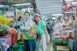 Hoa hậu Hoàn vũ H'Hen Niê lái xe đạp đi chợ ở Đà Nẵng