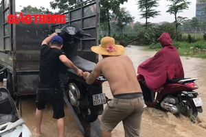 Người Hà Nội kiếm bạc triệu chỉ trong một ngày nhờ... mưa ngập