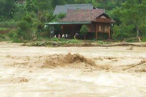 Xót xa khung cảnh nhà cửa tan hoang ở Nghệ An vì mưa lũ