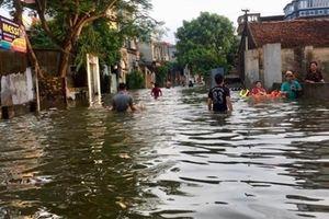 Dùng thuyền đi lại tại khu vực ngoại thành Hà Nội