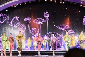 Mặc áo mưa tổng duyệt, thí sinh Hoa hậu Việt Nam vẫn đẹp rạng ngời