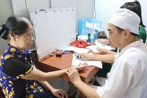 Báo NĐT phối hợp khám và cấp thuốc miễn phí cho người có công