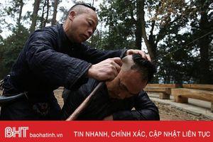 Đến ngôi làng siêu độc cắt tóc bằng… lưỡi liềm