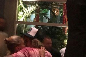 Justin Bieber hôn say đắm vợ sắp cưới trong nhà hàng