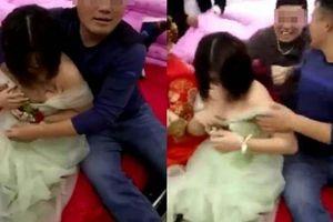 Phù dâu hốt hoảng khi bị bạn chú rể sàm sỡ công khai trong đám cưới