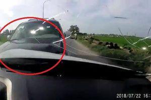 Clip: Tài xế ô tô say xỉn gây tai nạn liên hoàn trên quốc lộ
