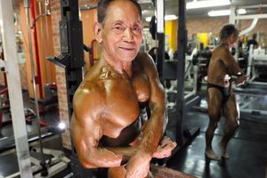 Chiều lòng vợ, cụ ông Nhật Bản siêng năng tập tạ để có body 6 múi ở tuổi 81
