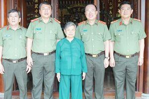 Thứ trưởng Nguyễn Văn Thành thăm hỏi, tặng quà gia đình Mẹ VNAH