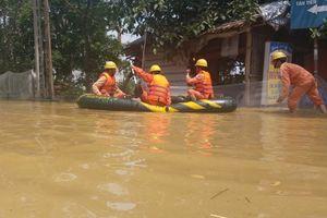 Ấm lòng hình ảnh người thợ điện xông vào 'rốn ngập', bơi thuyền bảo vệ người dân