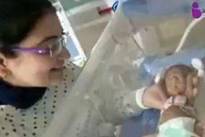 Bé gái sinh non nhỏ như hạt đậu sống sót kỳ diệu sau 4 tháng vật lộn với tử thần