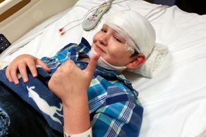 Cậu bé 12 tuổi chiến đấu với căn bệnh bị chôn trong 'ngôi mộ đá'