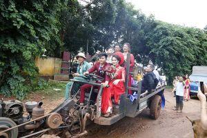 Màn rước dâu bằng xe công nông ở Đắk Lắk khiến ai cũng phì cười