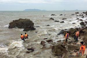 Tìm thấy thi thể 2 nạn nhân bị lũ và sóng biển cuốn trôi