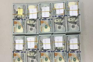 Phát hiện hành khách giấu 97.000 USD khi làm thủ tục xuất cảnh