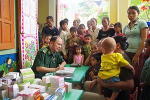 Tặng quà, khám bệnh, cấp thuốc miễn phí cho người dân bản Huổi Thum bị cô lập do nước lũ
