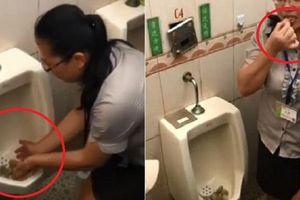 Clip: Nhân viên Trung Quốc ăn bánh trong bồn tiểu để chứng minh nhà vệ sinh sạch