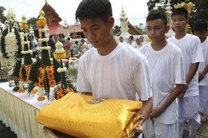 Đội bóng nhí Thái Lan xuống tóc, bắt đầu tu tập trong chùa