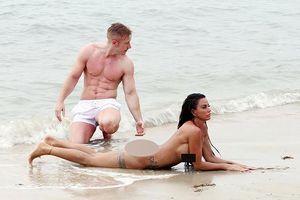 'Bom sex' Anh tiếp tục thoát y trên bãi biển mặc nguy cơ bị bắt giữ