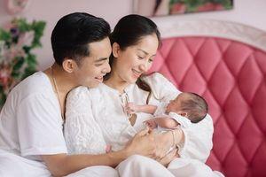 Khánh Thi - Phan Hiển khoe con gái Anna trong bộ ảnh mới
