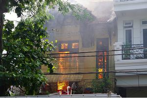 Cháy lớn tại ngôi nhà cổ, 4 bà cháu may mắn thoát nạn