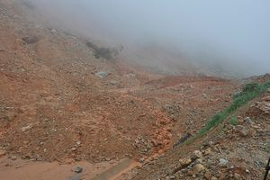 Đường tránh đèo Măng Rơi bị ách tắc vì sạt lở