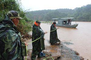 Bộ CHQS tỉnh Kon Tum cứu hộ 4 cán bộ, nhân viên Trạm Thủy văn Đắk Mốt gặp nạn trên sông Pô Kô