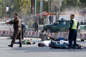 Cảnh an ninh Afghanistan đổ gục sau vụ đánh bom liều chết ở Kabul