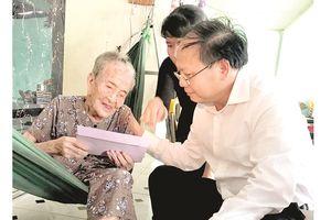 Lãnh đạo TPHCM thăm, tặng quà các gia đình chính sách có công