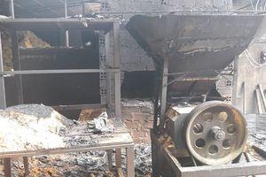 Hà Tĩnh: Cháy rụi 500m2 xưởng ép trấu và xe ô tô của chủ xưởng