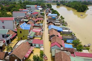 Hàng trăm ngôi nhà ngập trong biển nước, 'ốc đảo' ngoại đô Hà Nội bị cô lập