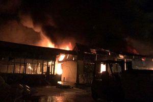 Cháy lớn tại thành phố Hưng Yên, lửa từ nhà máy nhựa lan nhanh sang chợ Gạo