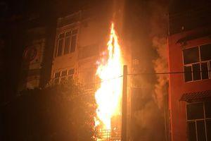 Quán karaoke 5 tầng ở Hà Nội bốc cháy dữ dội trong đêm