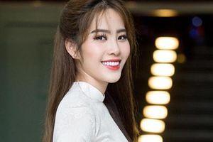 Nam Em hát 3 thứ tiếng trong đêm tiệc chào đón 50 thí sinh Hoa hậu đại sứ du lịch thế giới 2018