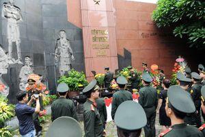 Dâng hương trước Đài tưởng niệm các anh hùng, liệt sĩ Hỏa Lò
